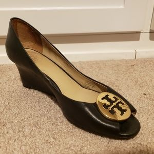 Tory Burch Kara Black Leather Gold Emblem Wedge 7